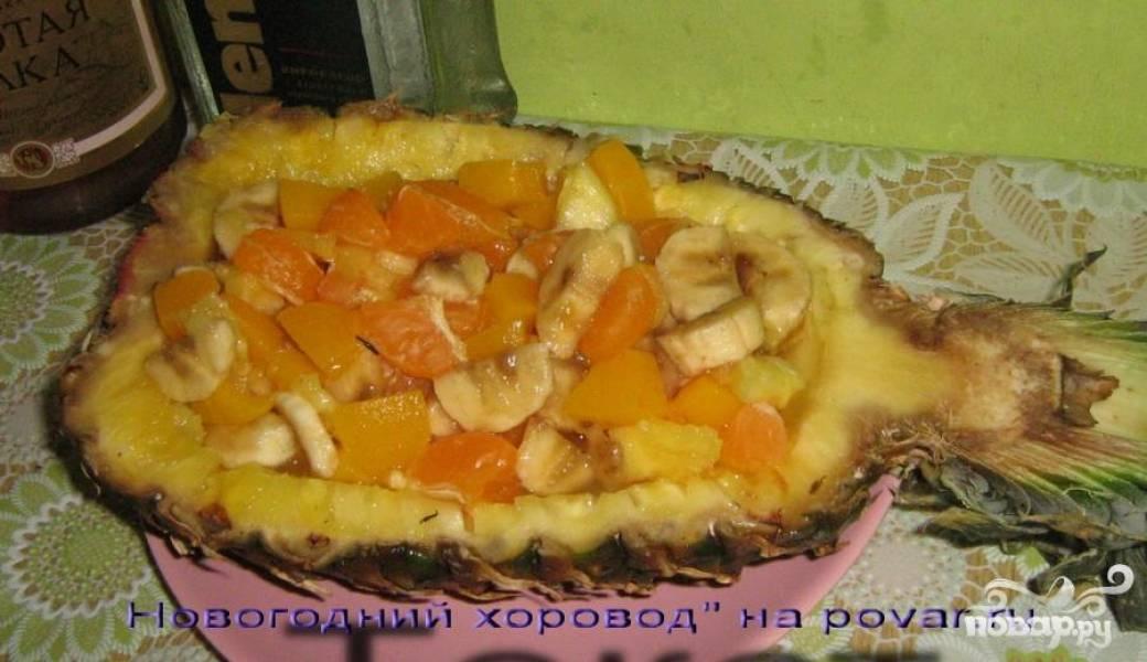 Все смешать, заправить сиропом от консервированных персиков. Выложить в тарелку-ананас
