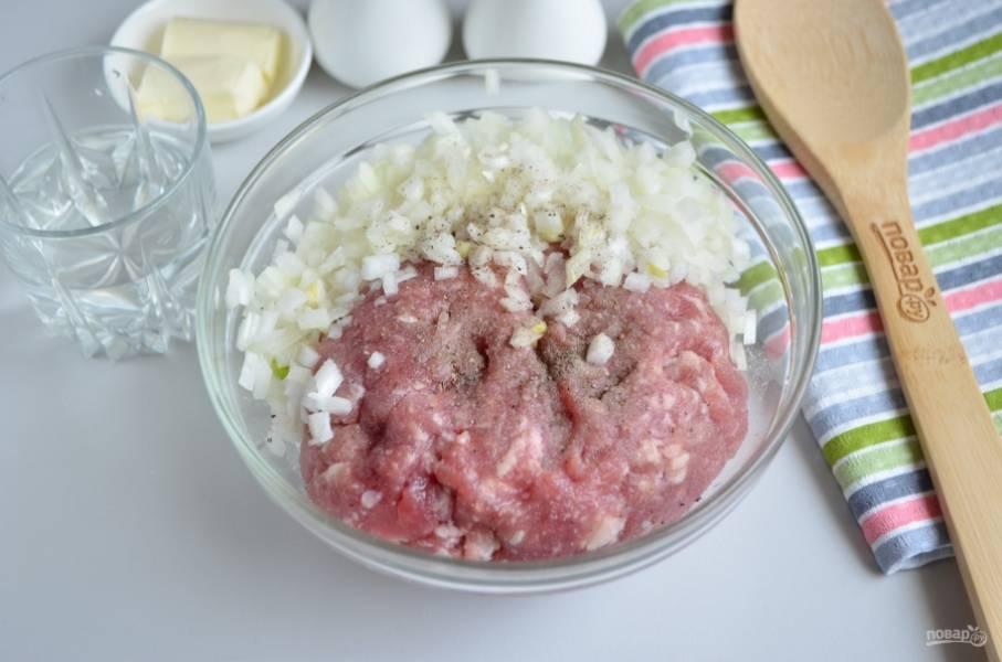Порежьте максимально мелко лук, добавьте его в фарш. Также добавьте воду, соль и перец черный молотый, вымешайте фарш до однородности.