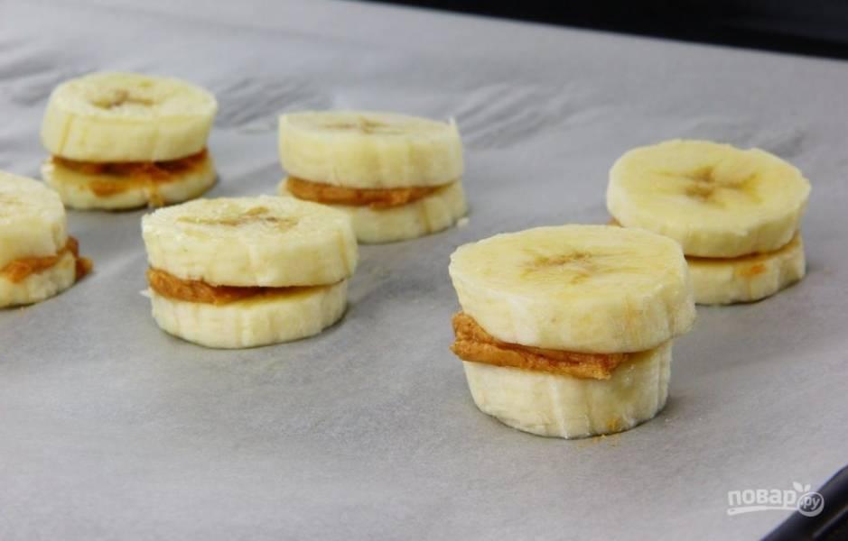 3. Накройте смазанные кружочки бананов другими кружочками.