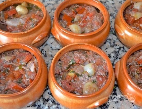 Залейте ингредиенты соусом со сковороды.