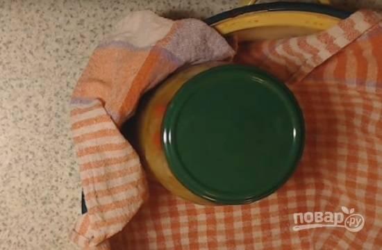 Закатываем крышками, переворачиваем горлышком вниз и укутываем до полного остывания. Если вы боитесь закатывать сразу же, можно банки с салатом стерилизовать 10 минут в кастрюле с водой.
