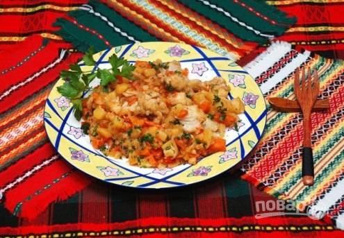 Подавать такое блюдо можно в горшочке или же порционно, на тарелках. Не забываем посыпать готовое блюдо мелко нарезанной зеленью.