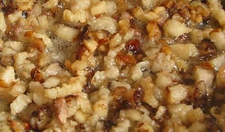 1. Мясо отварим, готовое остужаем и режем мелко. В этом же бульоне отварим сечку. Жир, сало и репчатый лук нарубить на меленькие кусочки. Эти ингредиенты хорошо обжарить на сковороде.