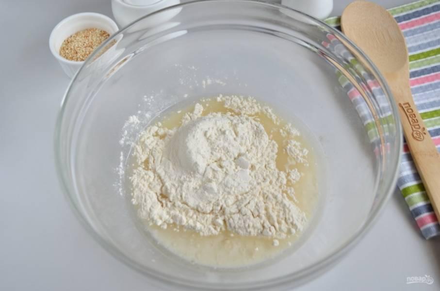 Всыпьте муку, замесите тесто. Не стоит добавлять муки больше, чем указано в рецепте, тесто не должно быть крутым.