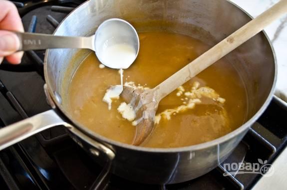 4. Через 5 минут влейте сливки и добавьте зелень.