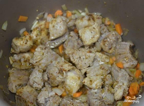 3. Продолжайте процесс обжарки до тех пор, пока лук станет прозрачным. Это приблизительно минут 5-7. Посолите, добавьте молотый перец, любые специи, которые вам нравятся.