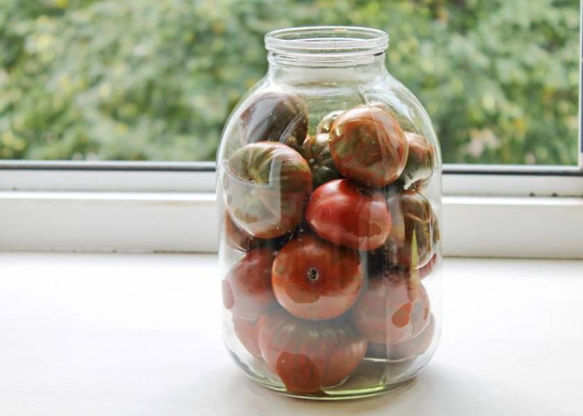 Банку с широким горлышком тщательно вымойте и обсушите. Свободно выложите помидоры до плечиков.