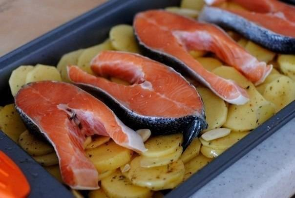 На картошку выложите куски рыбы.