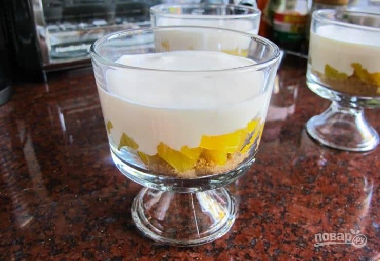 4. А потом разлейте сырную массу. Оставьте десерт на 3 часа в холодильнике до полного застывания.