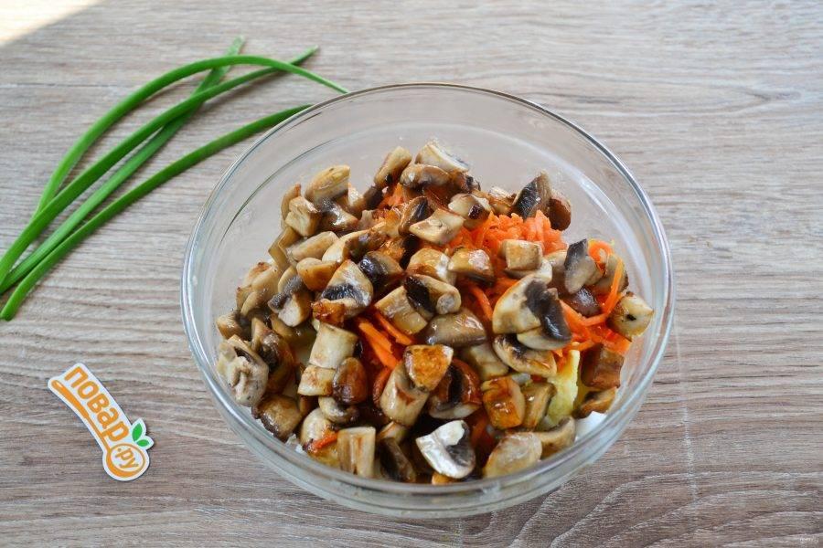 Добавьте обжаренные грибы и лук.
