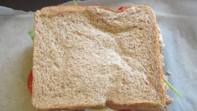 Накрываем сэндвич вторым ломтиком хлеба, разогреваем на гриле (или в бутерброднице) 3-4 минуты.