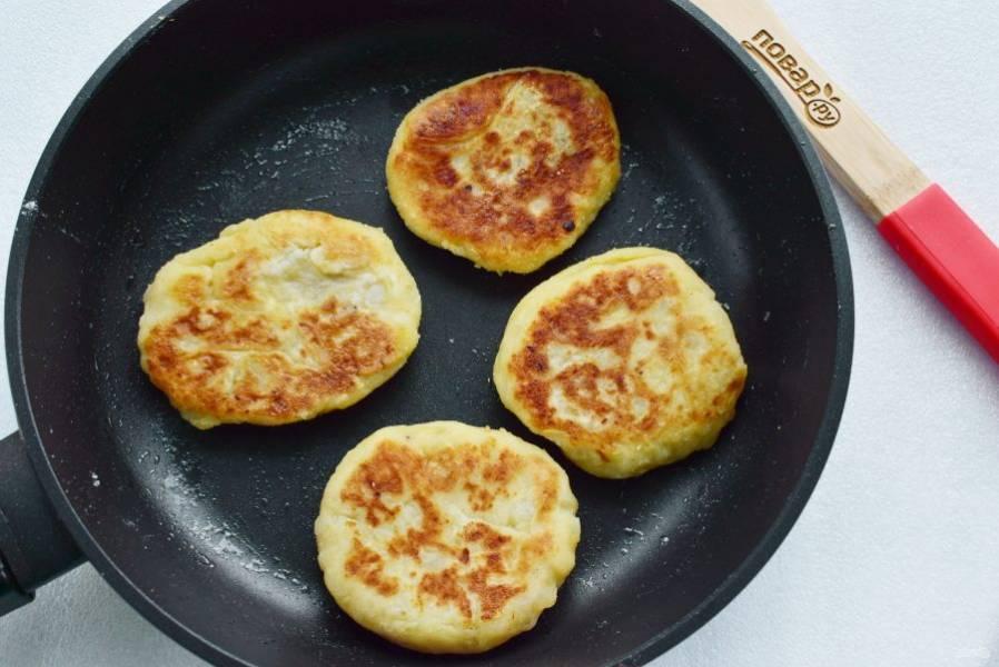 На разогретом масле обжарьте картопляники с двух сторон до румяной корочки.