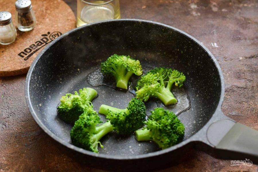 Брокколи разберите на соцветия, пропарьте в сковороде или отварите 3 минуты в подсоленной воде.