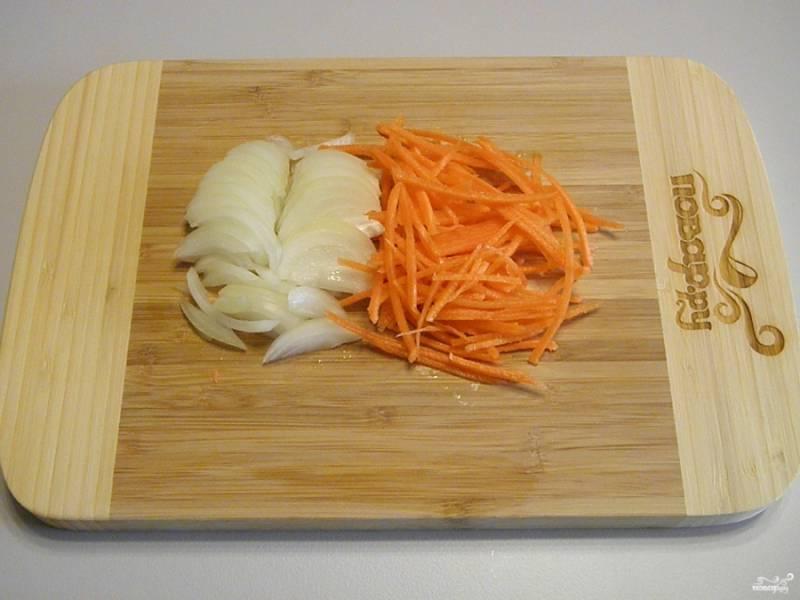 Лук и морковь порежьте крупно, для моркови можно воспользоваться теркой.