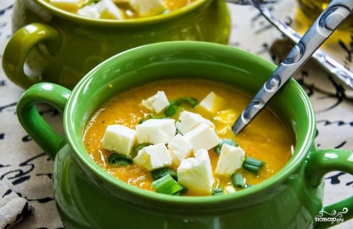 Готовое пюре из тыквы и моркови разложите по тарелкам и украсьте зеленью перед подачей. Также добавьте кусочки брынзы. Приятного аппетита!