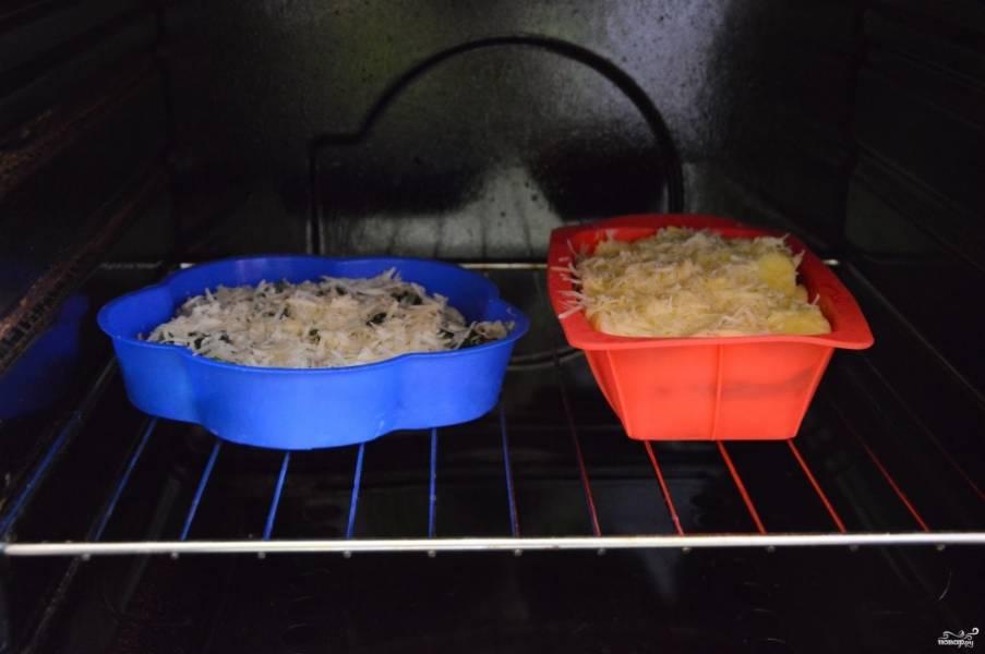 У меня из данного количества продуктов получилось две средних формы (полных). Отправьте их в разогретую до 200 градусов духовку минут на 30-35.
