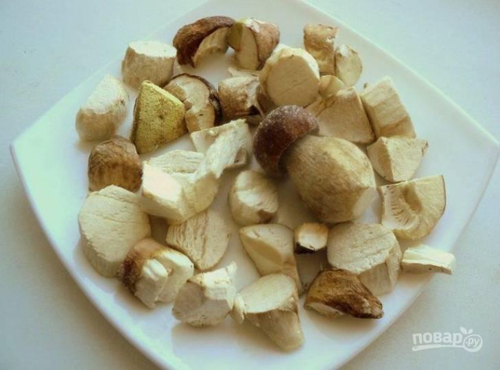 1.Если грибы замороженные, разморозьте их при комнатной температуре и нарежьте кусочками.