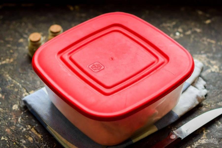 Прикройте контейнер крышкой и отправьте в холод на 2-3 дня. Спустя время пробуйте сало на готовность.