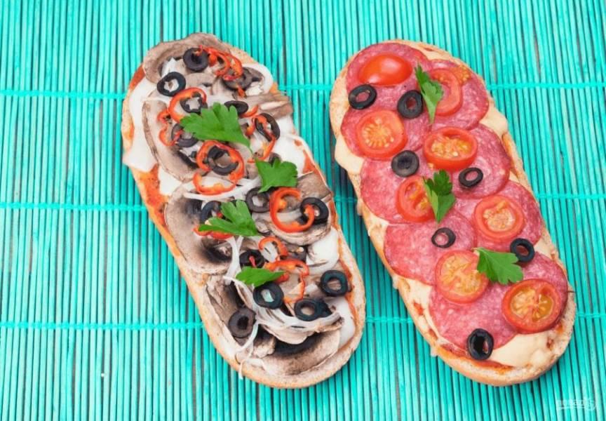 4. Отправьте пиццу в разогретую до 180 градусов духовку на 5-10 минут. Готовую пиццу украсьте зеленью. Приятного аппетита!