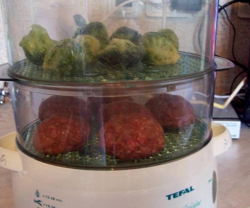 Сверху выкладываем овощи (у меня были брокколи). Ставим время минут 30-40 - все зависит от пароварки.