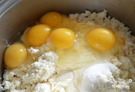 Добавляем яйца.