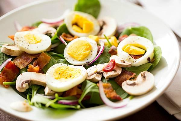 4. Заправляем салат специями по вкусу. Можно немного сбрызнуть соевым соусом. Мешать салат не нужно, чтобы яйца не развалились. Вот и все! Можно подавать!