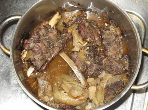 3. Смешаем уксус, томатную пасту и воду, заливаем эту смесь в казанок, и под крышкой на маленьком огне томим мясо не менее двух часов - оно должно стать очень мягким и сочным.
