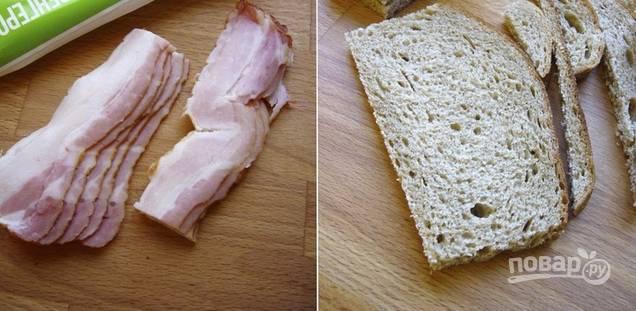 2. Длинные ломтики бекона нарежьте пополам. С хлеба срежьте корочки и вырежьте небольшие квадратики.