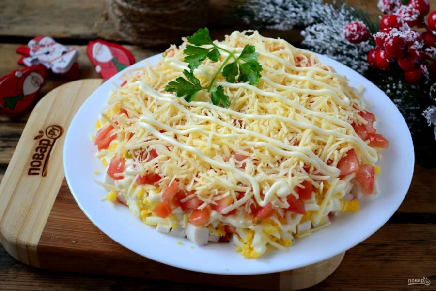 Готовый салат украсьте майонезом, зеленью или цветами из овощей. Салат готов! Подавайте его к столу и кушайте с удовольствием!