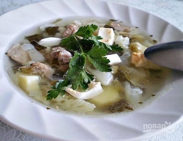 Суп посолите и поперчите. В готовое блюдо отправьте кусочки сваренного мяса. Можно добавить зелень. Приятного аппетита!