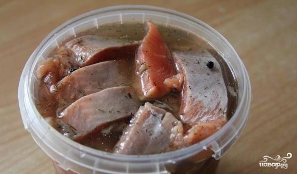 Рыбу уложите в контейнер. Залейте её маринадом, закройте крышкой. Уберите в холодильник и дайте настояться в течение трех часов.