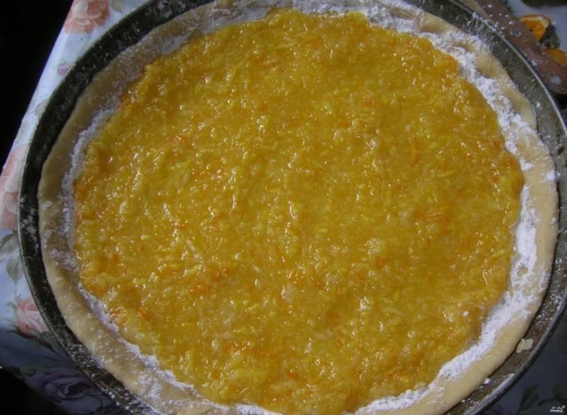 6.Тестовую заготовку равномерно присыпьте крахмалом, на него выложите начинку. Количество крахмала можно менять в зависимости от сочности апельсинов.
