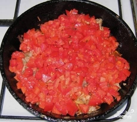 3ье: Время не терям, мясо варится и мы не стоим на месте. Нарезаем лук, кидаем его на сковородку, предварительно налив туда растительного масла. Жарим до золотистого цвета. После этого добявляем в лук пару столовых ложек бульона и оставляем его на мелком огне.  Через 5 минут добавляем подготовленные до этого помидоры и оставляем еще минут на 10.