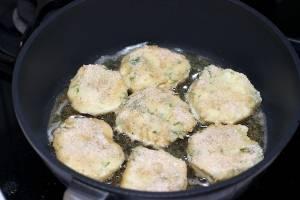 Из получившейся массы формируем биточки, обваливаем в муке или сухарях и жарим на разогретой сковороде на растительном масле.