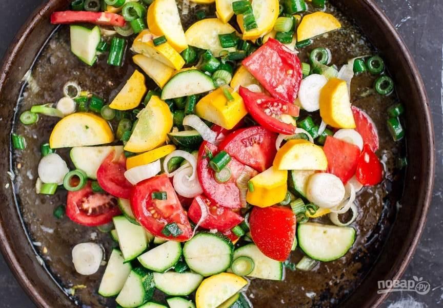 3.Полейте овощи растопленным сливочным маслом, добавьте оставшийся чеснок, выдавите сок лайма, посолите и поперчите, добавьте паприку и перемешайте.