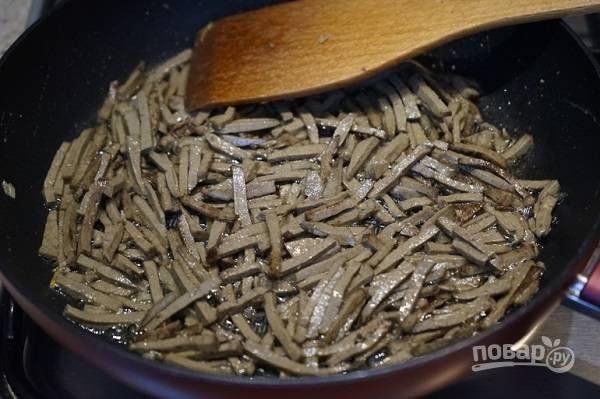 6. Разогрейте сливочное масло и обжарьте печень на среднем огне 3-4 минуты.