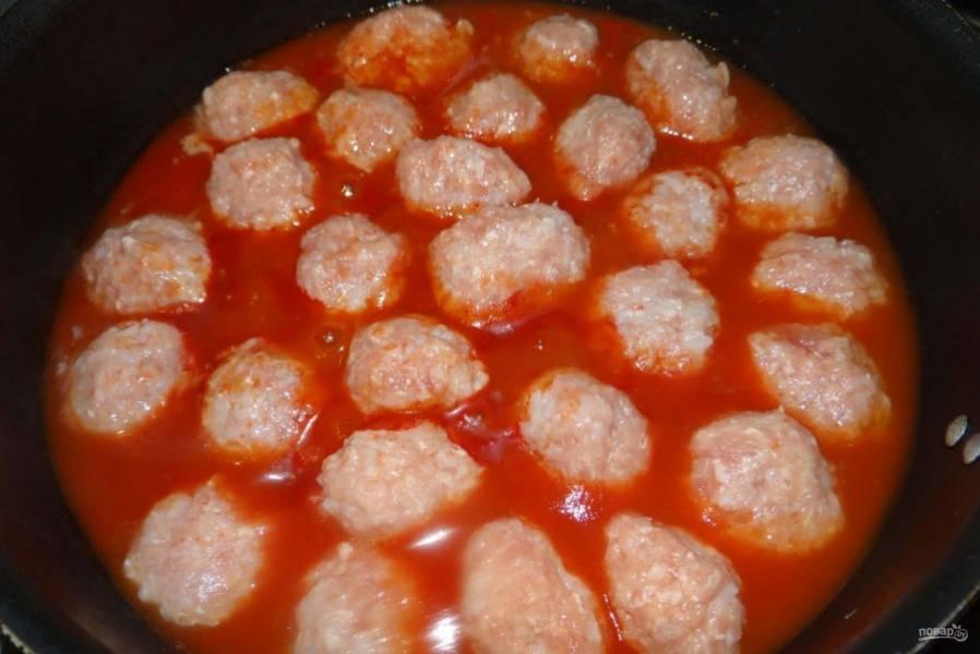 Сформируйте из фарша ежики. Выложите их в томатный соус в сковороду.