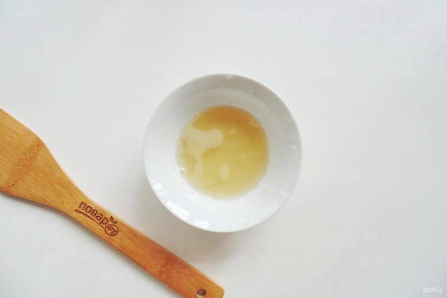 Набухший желатин растопите на водяной бане. После немного охладите и тонкой струйкой влейте в чашу миксера, не переставая взбивать фруктовую массу.