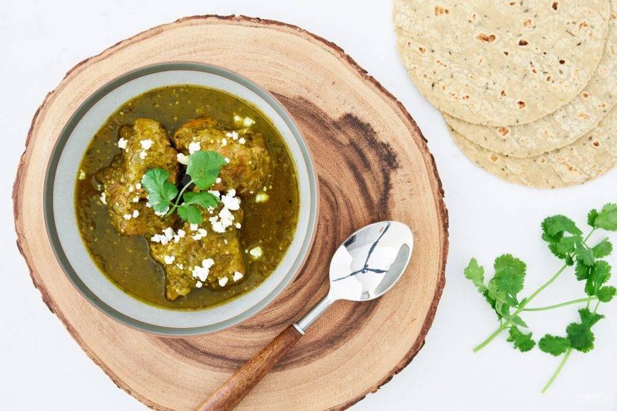 7.Готовое блюдо подавайте горячим, украсив свежей кинзой и сыром.