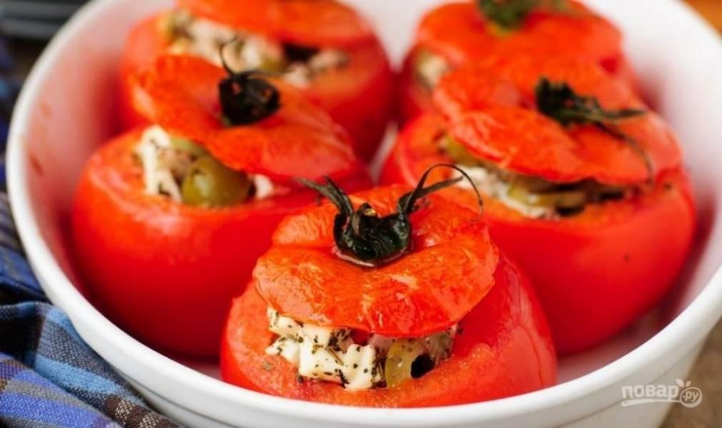 Разогрейте духовку до двухсот градусов и поставьте в нее томаты. Запекайте фаршированные помидоры пятнадцать-двадцать минут. Подавайте в горячем или холодном виде.