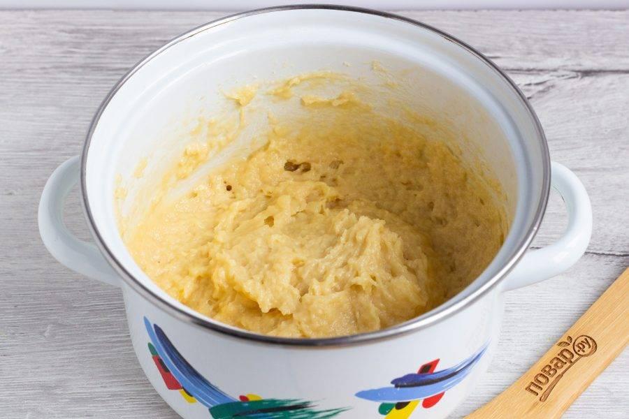 Дайте массе остыть до теплого состояния и введите яйца. Можно перемешать миксером.