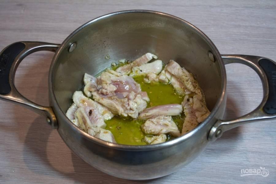 На растительном масле необходимо обжарить в сотейнике куриное мясо.