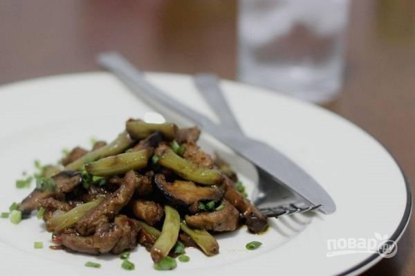 Свинина, тушенная с фасолью и грибами