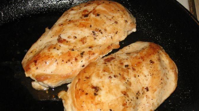 5. Курицу вместе с остатками маринада поджариваем в растительном масле.