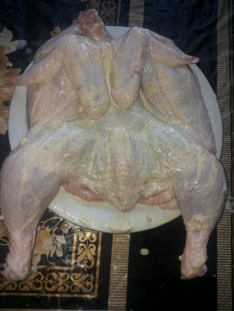 Этой же смесью натираем цыпленка, оставляем мариноваться на 30 минут.