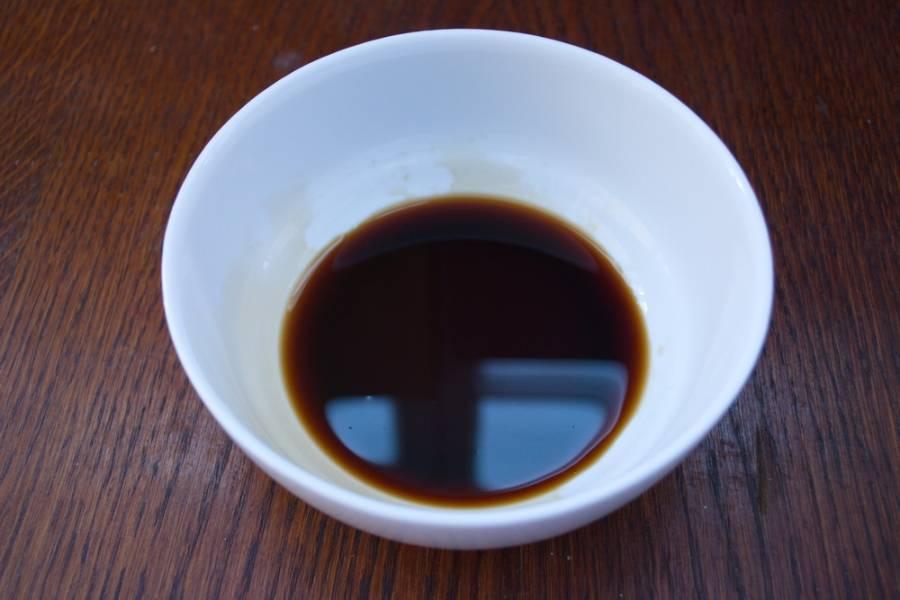 Я опишу весь рецепт и постараюсь обьяснить разницу в подаче. Итак, в миску вливаем соевый соус.
