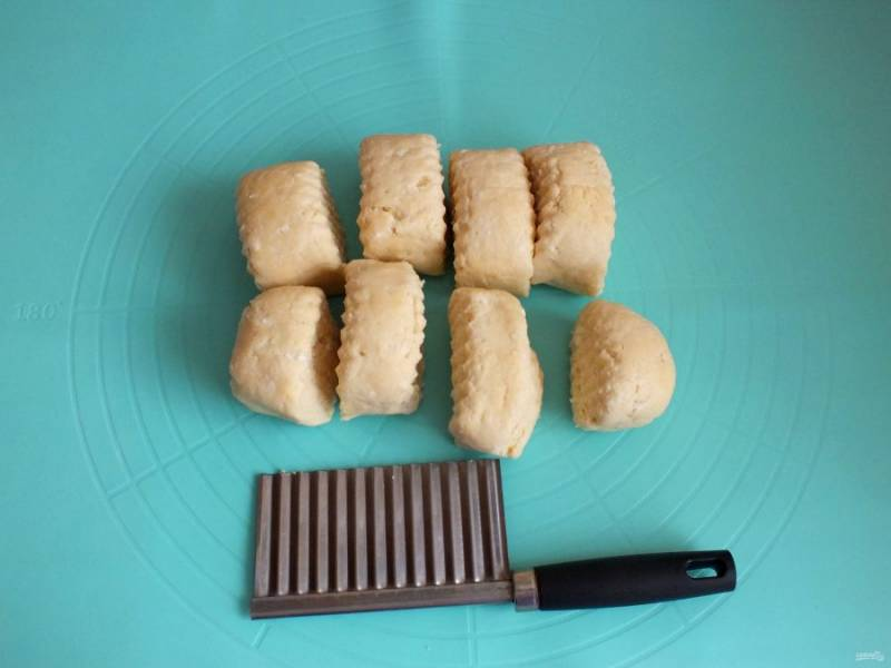 По истечении времени достаньте тесто. Разделите его на 8 частей.