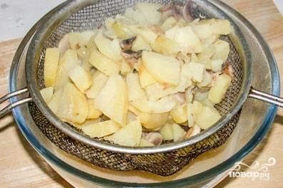 Достаем овощи, кладем их в сито. Бульон оставляем, он нам пригодится. Овощи превращаем в пюреобразную массу. Для этого подойдет блендер или сито. Кладем пюре обратно в кастрюлю с бульоном. Нагреваем смесь, вливаем сливки. Как только суп закипит — снимаем его с огня.