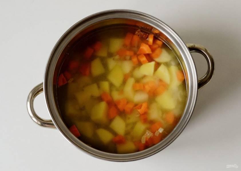 Влейте овощной бульон, проварите овощи 5-7 минут.