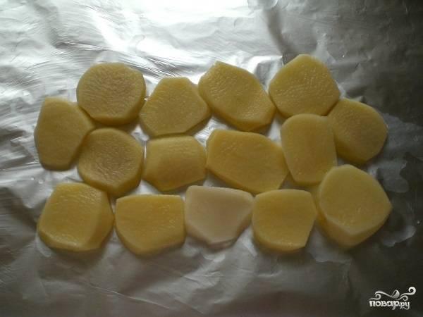 Картошку чистим, нарезаем кольцами и половину складываем на фольгу.